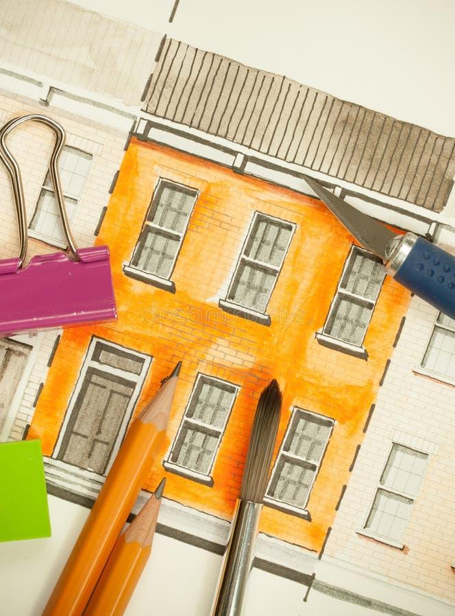 Orange teilte Doppelaufzugfassadenfragment mit Backsteinmauerbeschaffenheit Tilingsschuß mit Bürste, Bleistiften und Schneidwerkz lizenzfreie abbildung