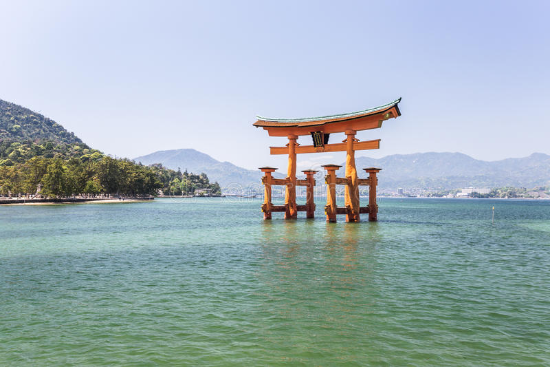 Orange toriiport i Miyajima royaltyfri foto