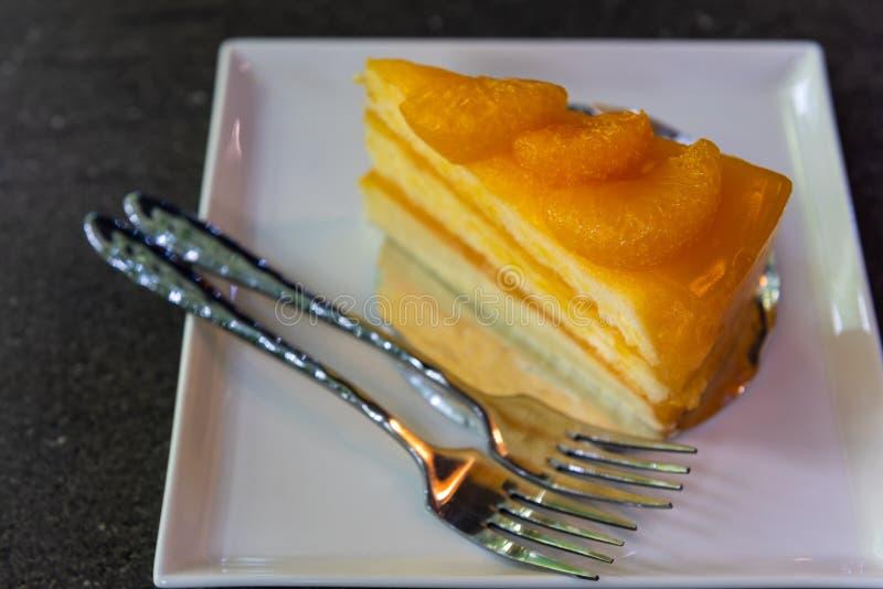 Orange Tortenkuchen und -gabeln lizenzfreie stockfotos