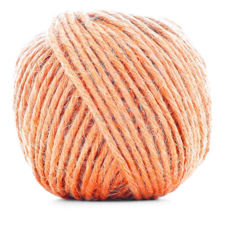 Orange ullskein som syr garnbollen som isoleras på vit bakgrund arkivbilder