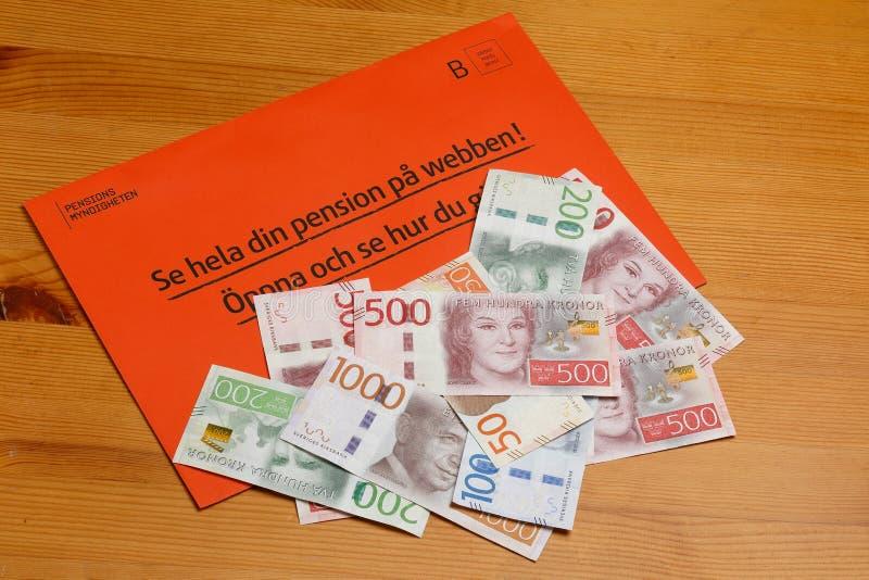 Orange Umschlag mit Geld lizenzfreies stockbild