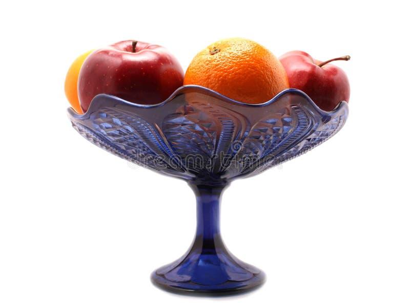 Orange und Äpfel im blauen Vase lizenzfreie stockbilder