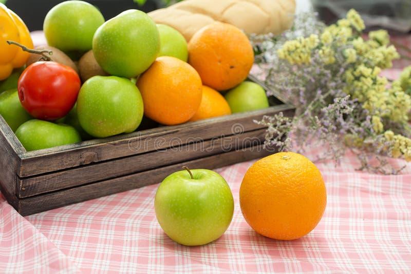 Orange und Apfel in einer hölzernen Kiste Frische Frucht auf einem hölzernen tabl stockfotografie
