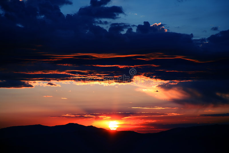 Orange und blauer Himmel stockfotografie