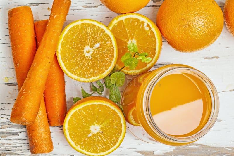 Orange und Karotte lizenzfreie stockfotos