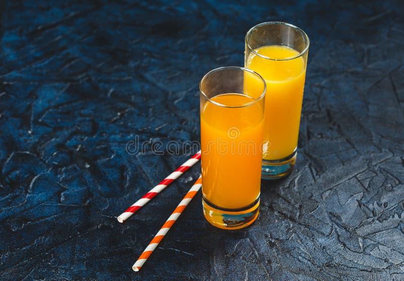 Orange und Karottensaft stockfotografie