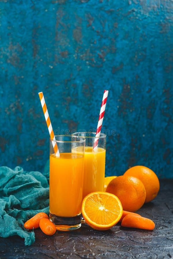 Orange und Karottensaft lizenzfreie stockbilder
