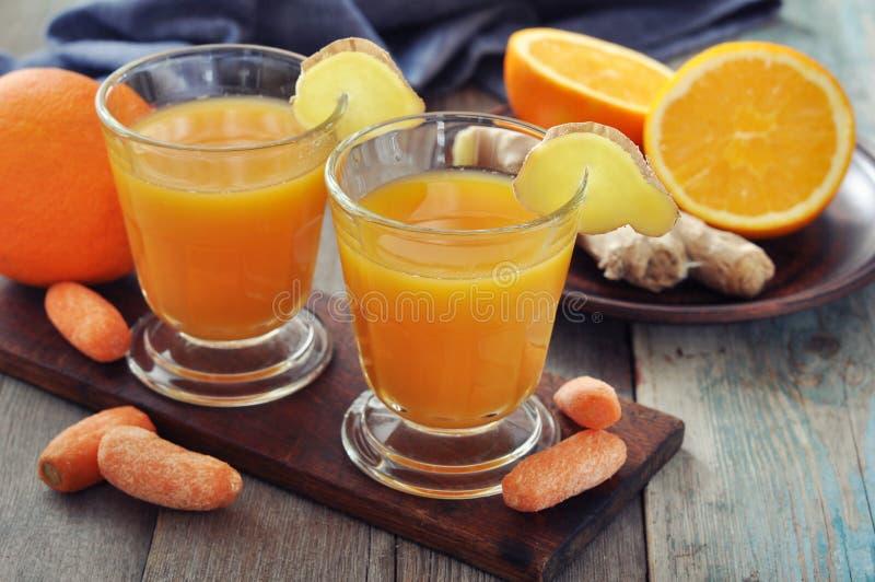 Orange und Karottensaft mit Ingwer lizenzfreies stockfoto