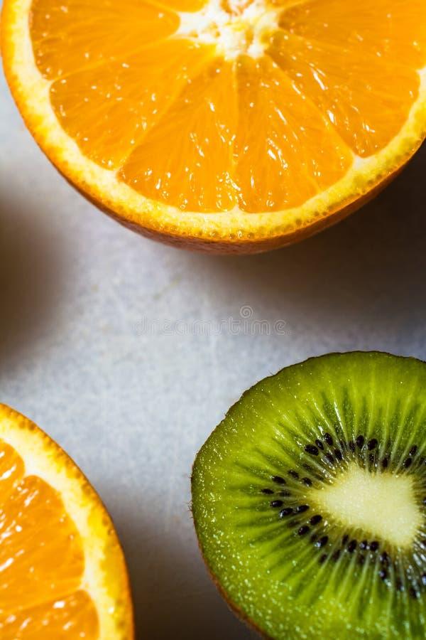 Orange und Kiwi von der flachen Lage stockbild