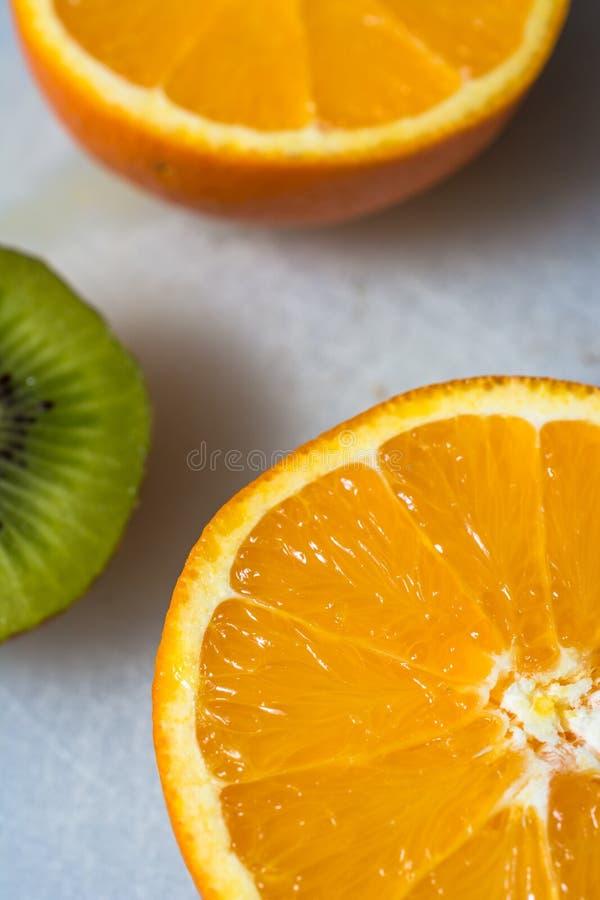 Orange und mit einer Kiwifotobombe stockfotografie