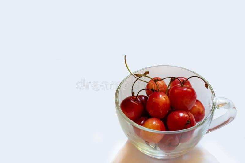 Orange und rote süße Kirsche lokalisiert auf weißem Hintergrund 1 stockfoto