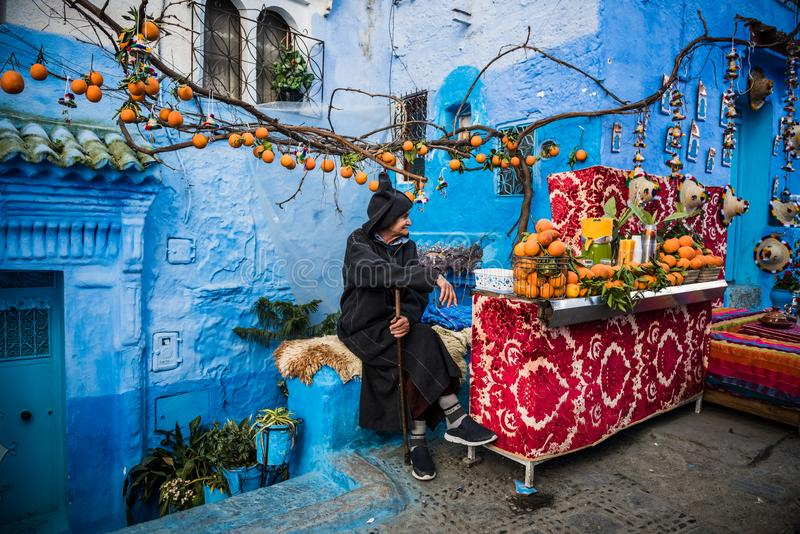 Orange Verkäufer von der blauen Stadt stockbild