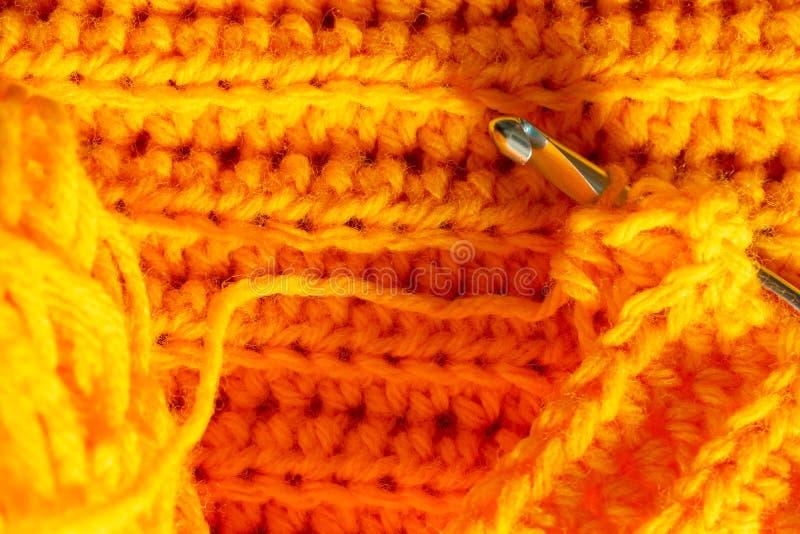Orange virkad textur och krok royaltyfria bilder