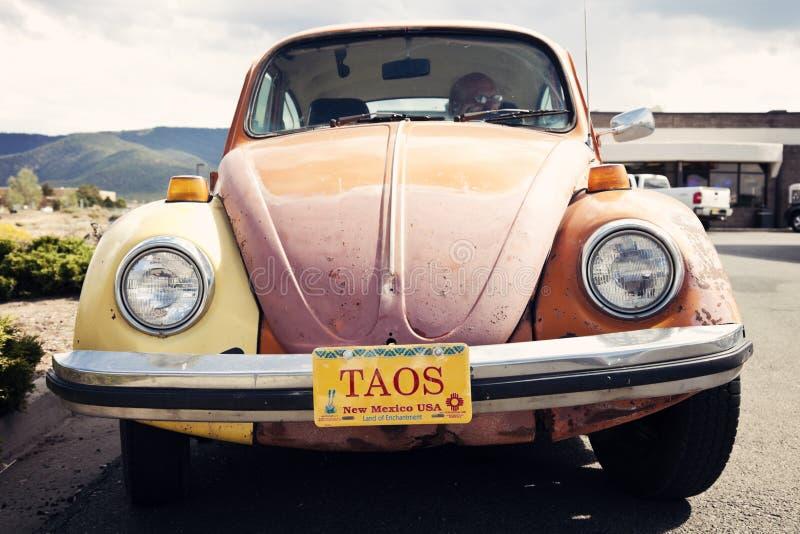 Orange Volkswagen Beetle gesehen in Taos, New Mexiko lizenzfreie stockbilder