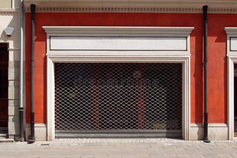 Orange Wand mit Rollenfensterladentür stockbild