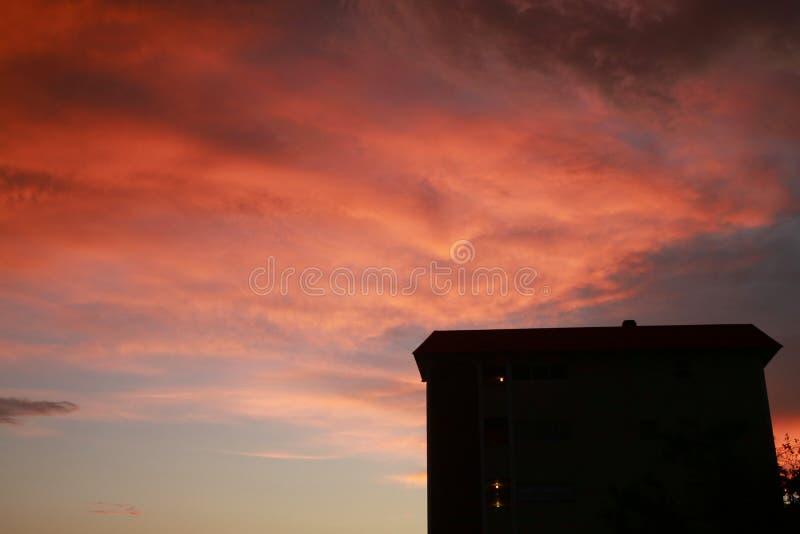 Orange Wolken über Eigentumswohnung lizenzfreies stockbild