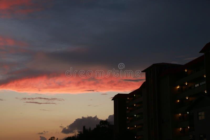 Orange Wolken über Eigentumswohnung stockfotos
