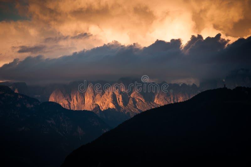 Orange Wolken in den Dolomitbergen stockfotografie