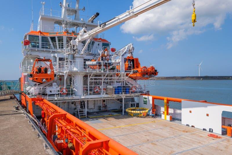 Orangefarbene EU versenden für Fischereiinspektion im Hafen von IJm stockfotografie