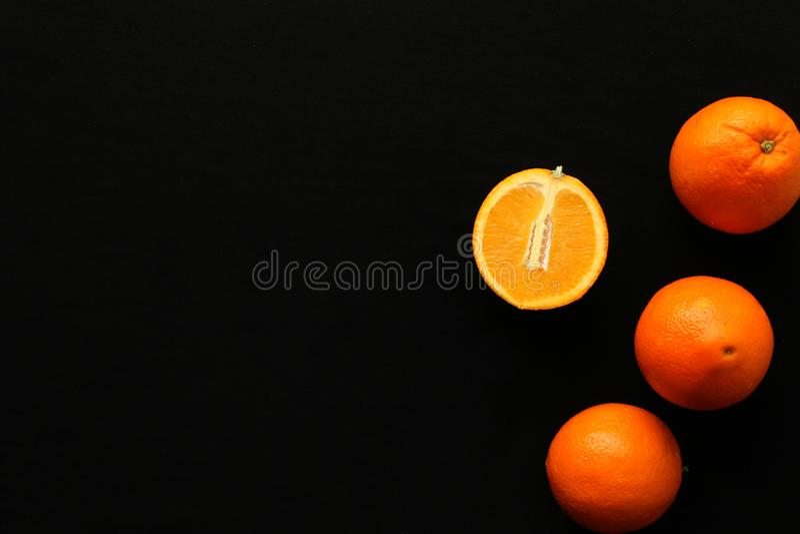 Orangen auf dem schwarzen Hintergrund stockbild