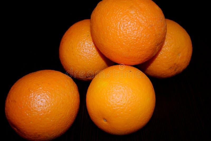 Orangen auf einem schwarzen Hintergrund stockfoto