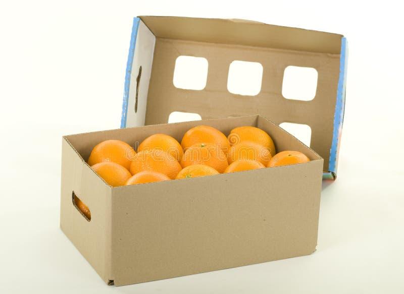 Orangen im Kasten mit Abdeckung lizenzfreie stockbilder