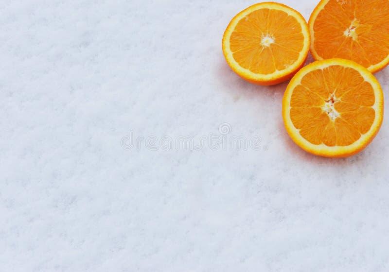 Orangen im Schnee stockfotografie