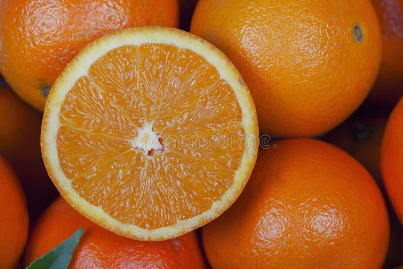 Orangen mit einem Schnitt zur Hälfte auf die Oberseite stockfoto