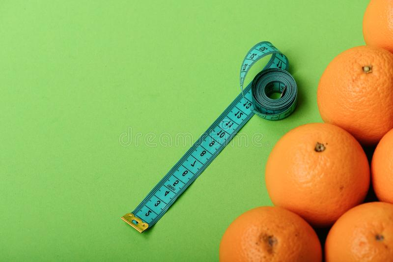 Orangen nahe lang messendem Band auf grünem Hintergrund, Draufsicht stockfotografie
