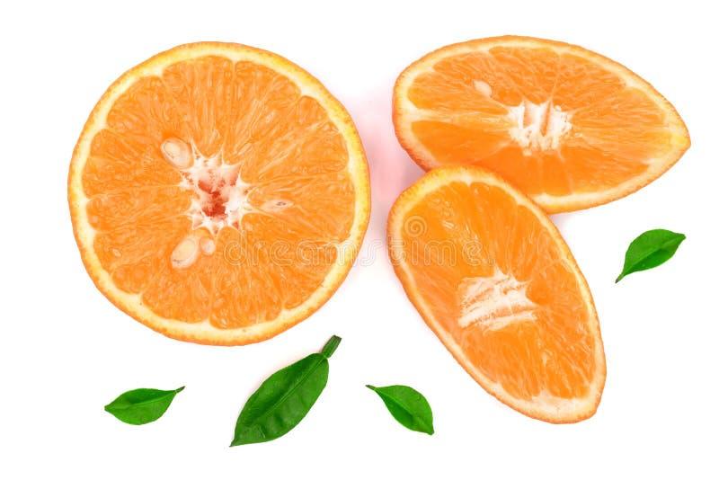 Orangen- oder Tangerinescheiben mit den Blättern lokalisiert auf weißem Hintergrund Flache Lage, Draufsicht Lokalisiert auf einem stockbilder