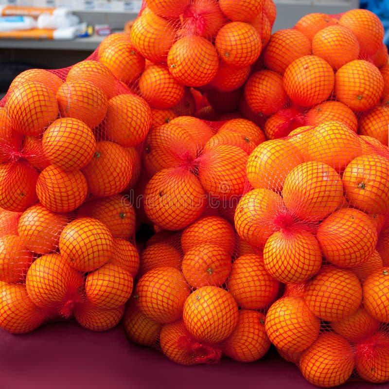 Orangen tragen auf Marktnettotaschen Früchte stockbild