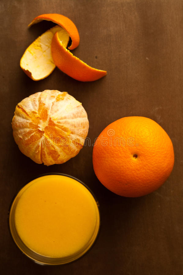 Orangen und Orangensaft lizenzfreie stockfotografie