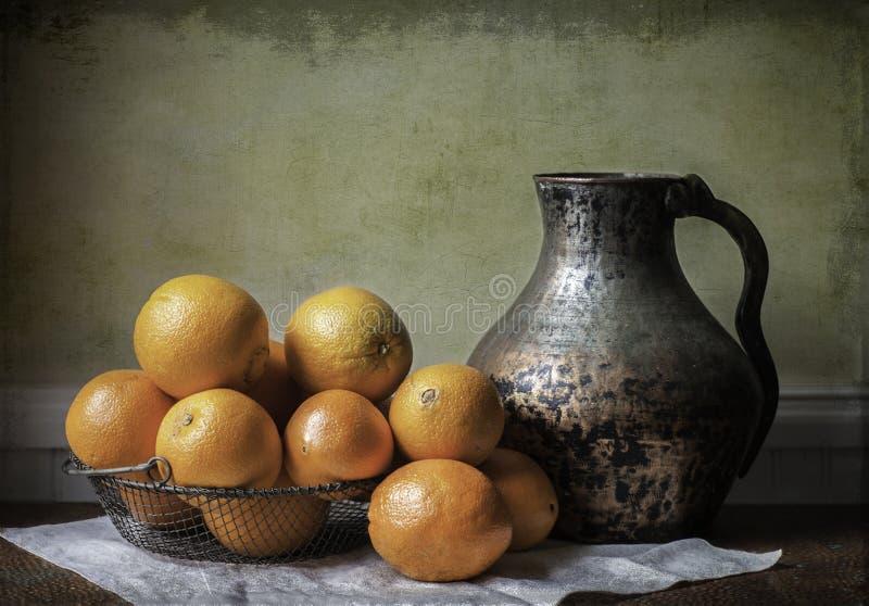 Orangen und Pitcher lizenzfreie stockfotografie
