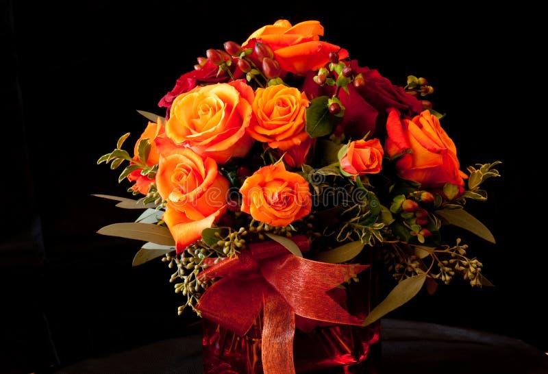 Orangen- und Rotroseblumenanordnung stockfotografie