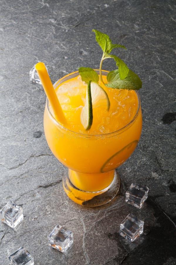 Orangen und Saft auf Steintabelle lizenzfreie stockfotos