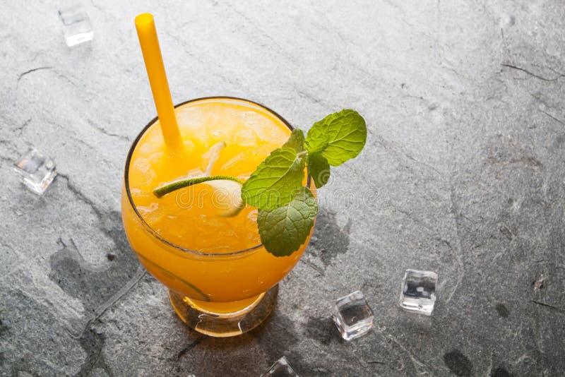 Orangen und Saft auf Steintischplatteansicht lizenzfreies stockbild
