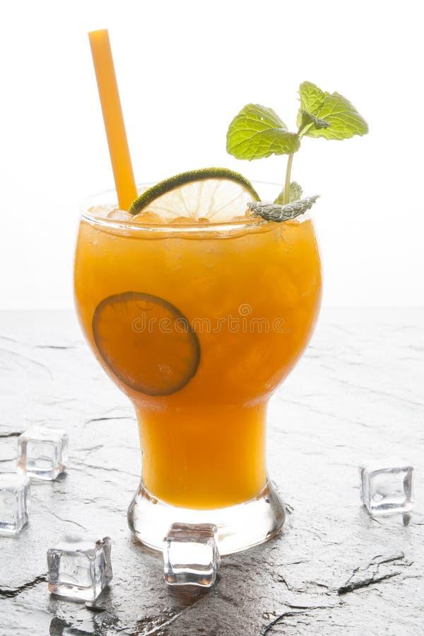 Orangen und Saft auf Steintischplatteansicht stockbild