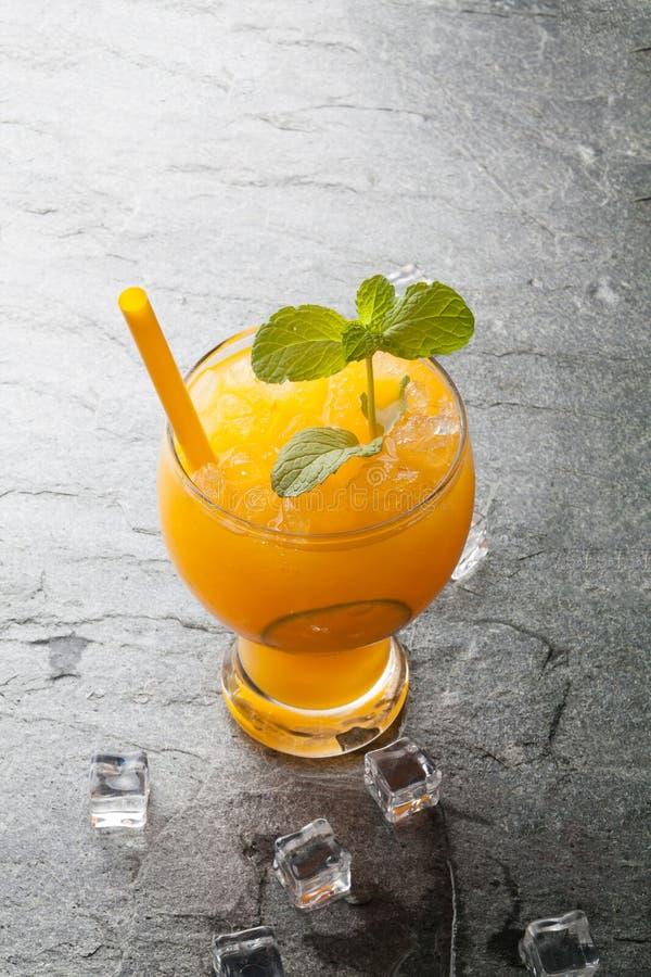Orangen und Saft auf Steintischplatteansicht lizenzfreies stockfoto