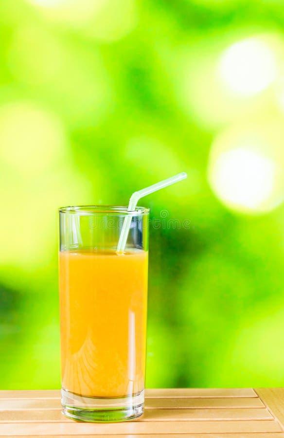Orangensaft auf der hölzernen Tabelle stockbilder