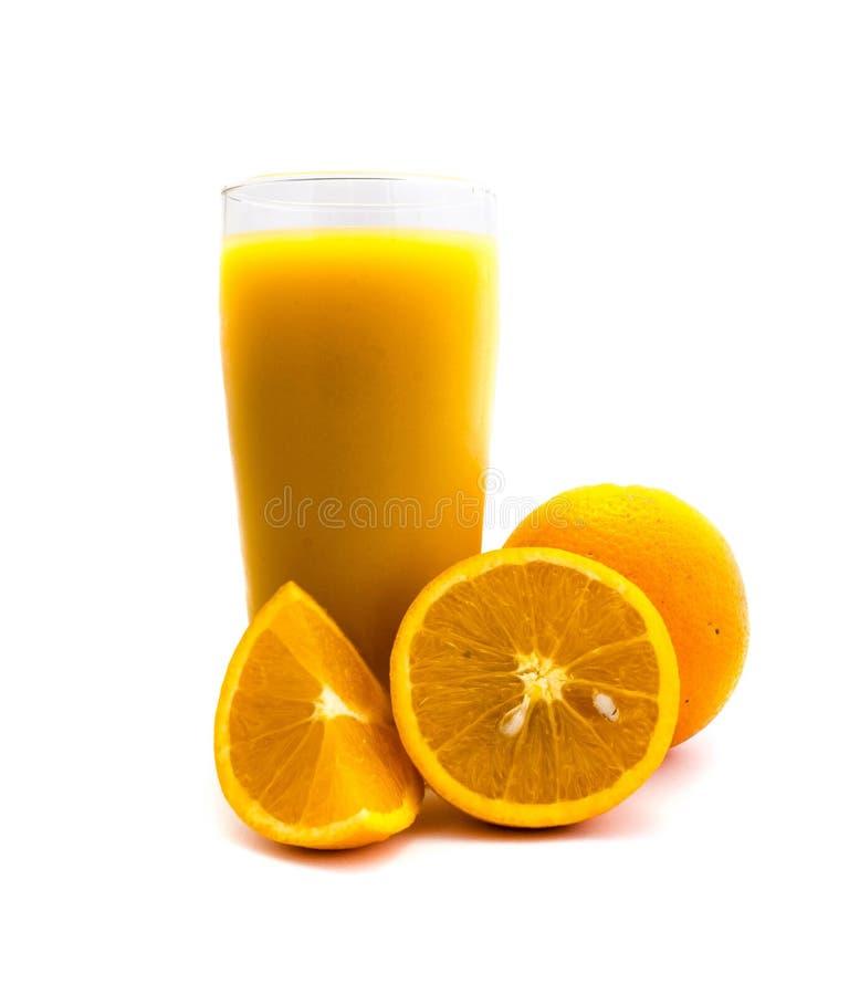 Orangensaft im Glas lokalisiert auf weißem Hintergrund stockfotografie