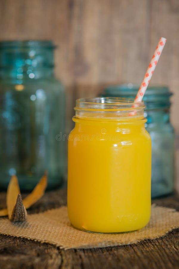 Orangensaft im Weckglas stockfotos