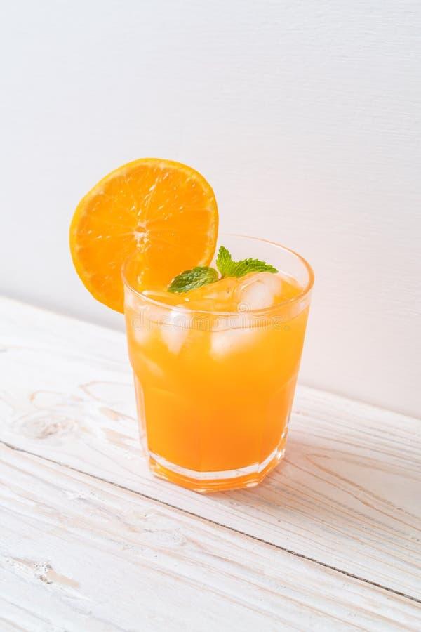 Orangensaft mit Eis stockfotografie