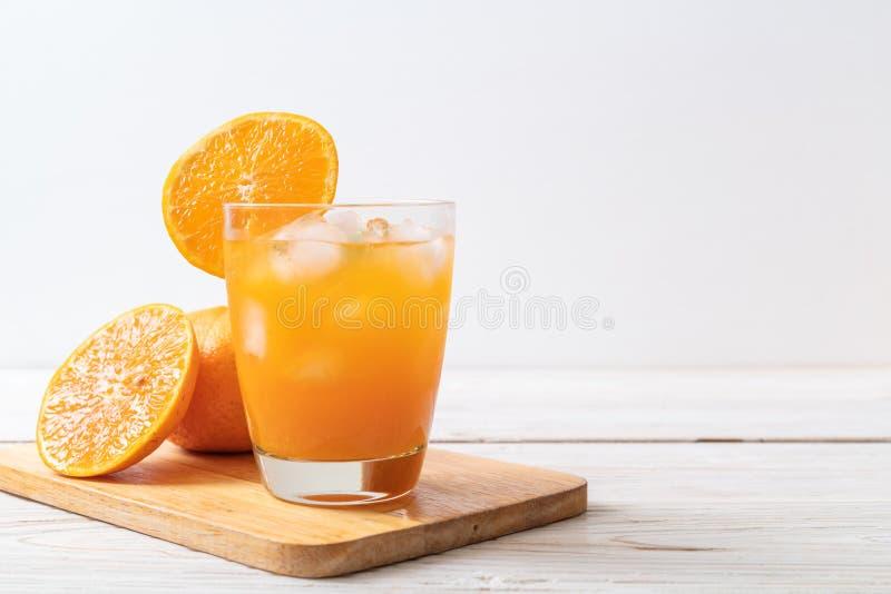 Orangensaft mit Eis stockfotos