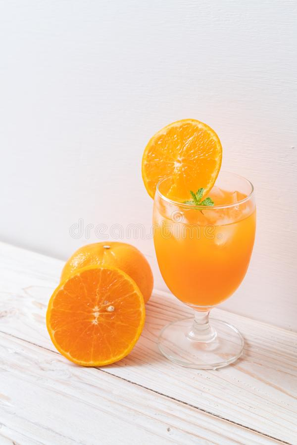 Orangensaft mit Eis stockbild