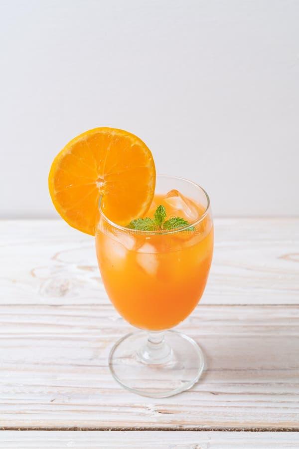 Orangensaft mit Eis lizenzfreie stockbilder