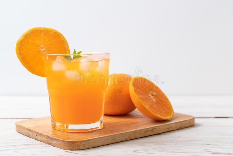 Orangensaft mit Eis lizenzfreies stockfoto