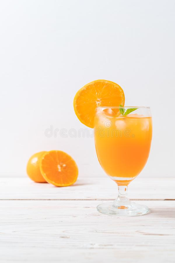Orangensaft mit Eis lizenzfreie stockfotos