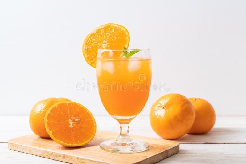 Orangensaft mit Eis lizenzfreie stockfotografie