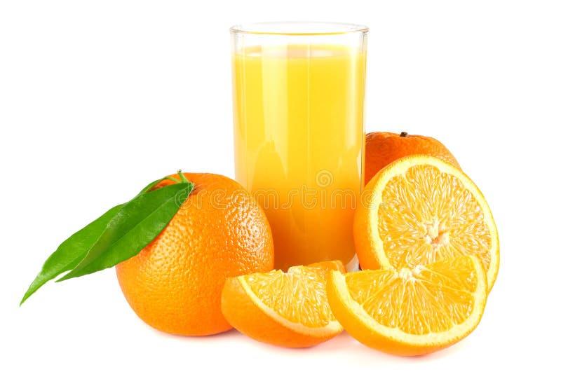 Orangensaft mit orange und grünem Blatt auf weißem Hintergrund Saft im Glas lizenzfreie stockfotografie