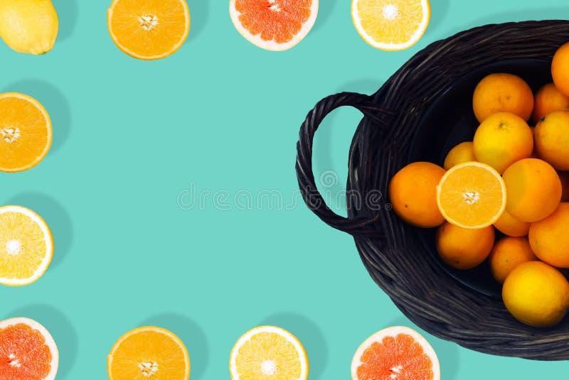 Orangensaft oben an vom aquamarinen Hintergrund stockbilder